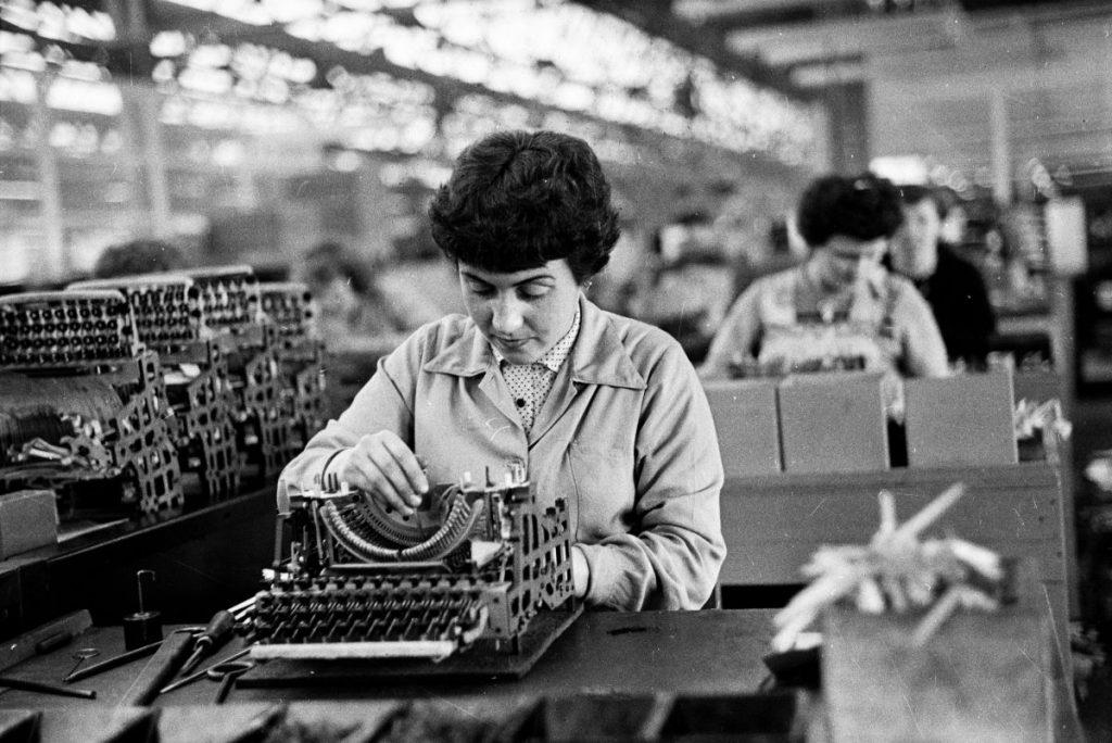 Welfare aziendale: donne al lavoro nello stabilimento Olivetti nel 1962